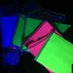 Изготовление гирлянд из флажков яркие флюорисцентные цветные флажки из бумаги светятся под УФ светом для ГоГОЛЬ Центр РостАрт Москва 2018 9003