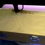 Лазерная гравировка на дереве чемодан с поздравлением к Новому Году лазерная резка дерева фанеры РостАрт Москва 2017