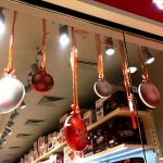 Фрезерная резка пластика новогоднее оформление ТЦ подвесные фигуры шарики Москва 2017
