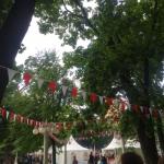 Изготовление гирлянды из флажков из ткани бело красная на заказ Фестиваль Индонезии 2016 в Эрмитаже РостАрт 0911