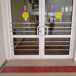 Монтажные работы входной группы металлические барьеры на дверяхдля адаптации здания для МГН РостАрт Москва 2017