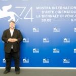 Пресс-волл Гильермо дель Торо Венецианский кинофестиваль Венеция 2017