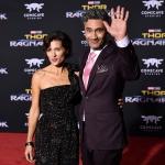 Пресс-волл кинопремьера фильма Тор Рагнарек Тайка Вайтити с женой Лос-Анджелес 2017