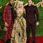 Пресс-волл с пальмовыми ветками и инкрустацией надписи премии Fashion Awards 2017 Льюис Хэмилтон Донателла Версаче Конор Макгрегор Лондон 2017