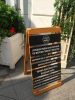 Штендер деревянный с  интерьерной печатью и меловой доской для ресторана пример 0555