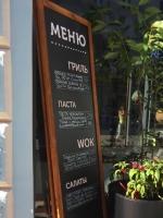 Штендер деревянный с меловой доской и буквами из пластика лазерная резка для ресторана пример 0557