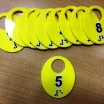 Тактильные таблички тактильные номера тактильные номерки для гардероба уф печать на пластике с белилами РостАрт Москва 2018