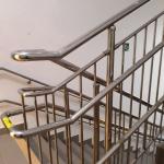 Монтажные работы лестничных пролетов монтаж перилл маркировка этажности перил для адаптации здания для МГН РостАрт Москва 2017