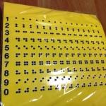 Изготовление тактильных наклеек с плоттерной резкой с дублированием шрифта Брайль уф-печать с белилами РостАрт Москва 2018 3517