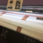 Широкоформатная интерьерная печать на сетке сетка Штакетник сетка Моя Улица интерьерная печать на баннере на пленке РостАрт Москва 2018