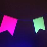 Изготовление гирлянд из флажков яркие флюорисцентные цветные флажки из бумаги светятся под УФ светом для ГоГОЛЬ Центр РостАрт Москва 2018 9004