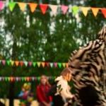 Изготовление гирлянд из флажков из ткани на заказ для украшения парка кадр из клипа Иды Галич Капельки Москва РостАрт 2020 57103