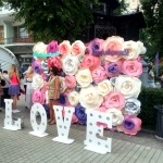 Изготовление пресс-волла на заказ из объемных цветов инстарамки хеш-теги объемные буквы из пластика на заказ Москва 2016
