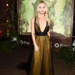 Пресс-волл с обрамлением из дерева и живыми растениями премьера ремейка Джуманджи Зов джунглей Мэдиссон Исман Голливуд 2017