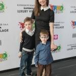 Пресс-волл презентация кинопремьеры Трио в перьях Наталья Лесниковская с детьми 2017