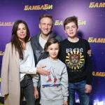 Пресс-волл фотозона премьера фильма Бамблби Осквар Кучера с семьей Москва 2018