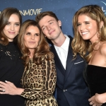 Пресс-волл премьера мелодрамы «Полночное солнце» Патрик Шварценеггерс сестрами и мамой Голливуд 2018