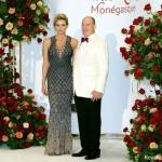 Пресс-волл фотозона 70-й гала-вечер Красного Креста Монако Княжеская чета князь Альбер II и княгиня Шарлен Монако 2018