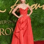 Пресс-волл с пальмовыми ветками и инкрустацией надписи премии Fashion Awards 2017 Карли Клосс Лондон 2017