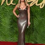 Пресс-волл с пальмовыми ветками и инкрустацией надписи премии Fashion Awards 2017 Рита Ора Лондон 2017