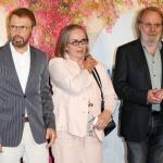 Пресс-волл с синей дорожкой премьера фильма Mamma MIA 2 Бьер Ульвеус с женой и Бенни Андерссон Швеция 2018