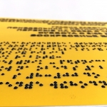 Изготовление тактильных табличек из пластика уф-печать с белилами РостАрт Москва 4022